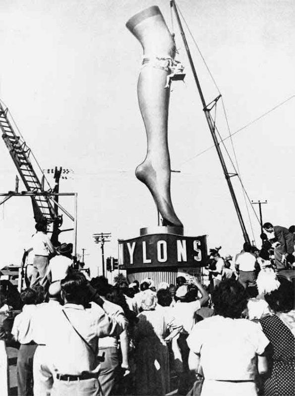 デュポン社が1930年代に開発し1939年に大量生産を行なったナイロン・ストッキングの宣伝。